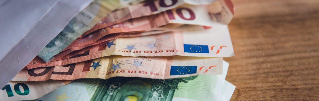 Auf dem Bild sind Geldscheine